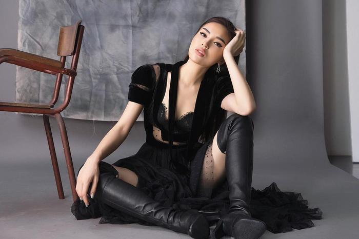 Với chiếc đầm có phần mềm mại, Kỳ Duyên chọn đôi boots da dài qua gối để hoàn thiện trang phục, tạo tổng thể vô cùng cá tính.