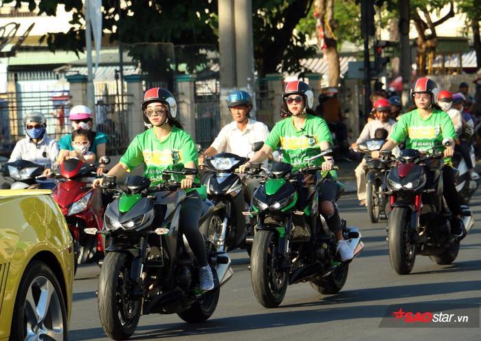 """Kim Nguyên (dẫn đầu) từng được biết qua một lần cưỡi mô tô """"khủng"""" ngoài đường. Bây giờ, Kim Nguyên muốn mang hiệu ứng này thắp lửa"""" cho bóng đá xứ Tây Đô."""