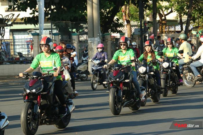 Sau màn chào sân đầy ấn tượng, các cô gái bắt đầu diễu hành trên đường phố Cần Thơ.