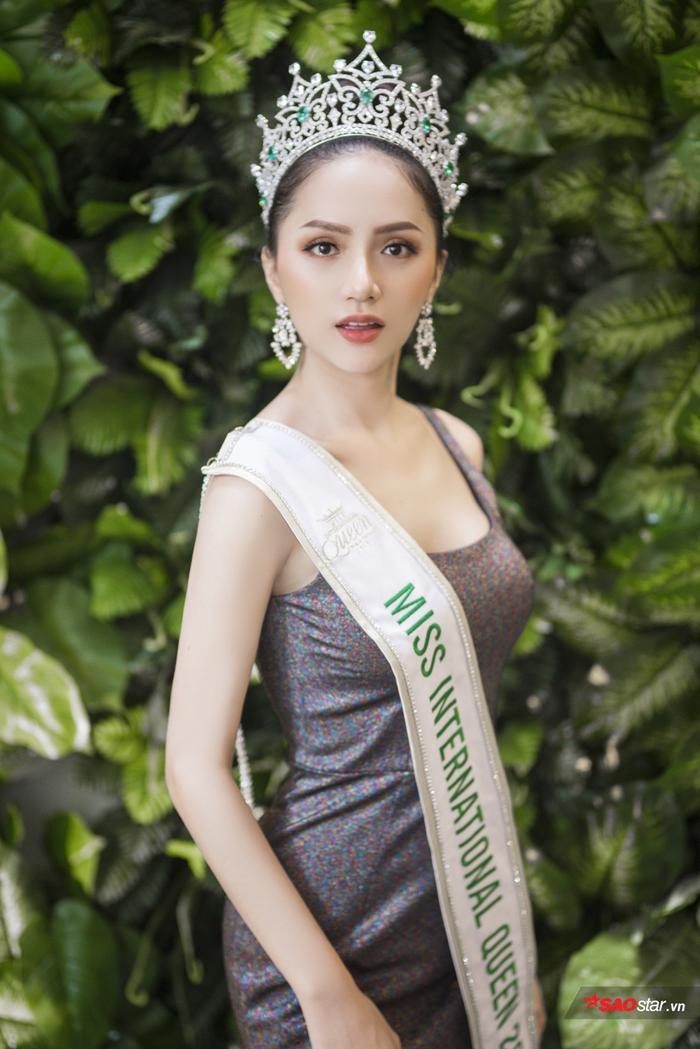Hoa hậu Hương Giang xuất hiện đầy cuốn hút, giao lưu với các fan trước ngày trở lại Thái Lan.