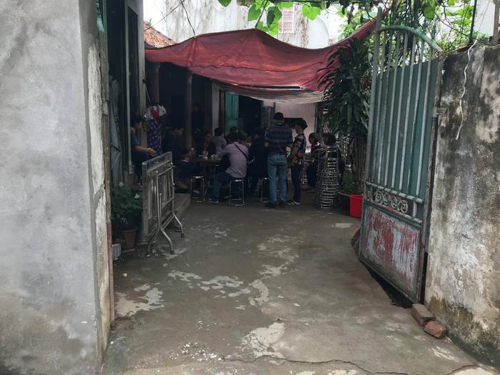 Rất đông hàng xóm có mặt tại nhà riêng chiến sĩ Khánh.