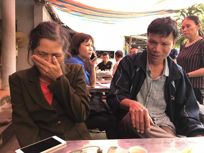 Ông Chử Văn Đỗ và bà Đặng Thị Tăng - bố mẹ của chiến sĩ Khánh bàng hoàng trước cái chết của con trai