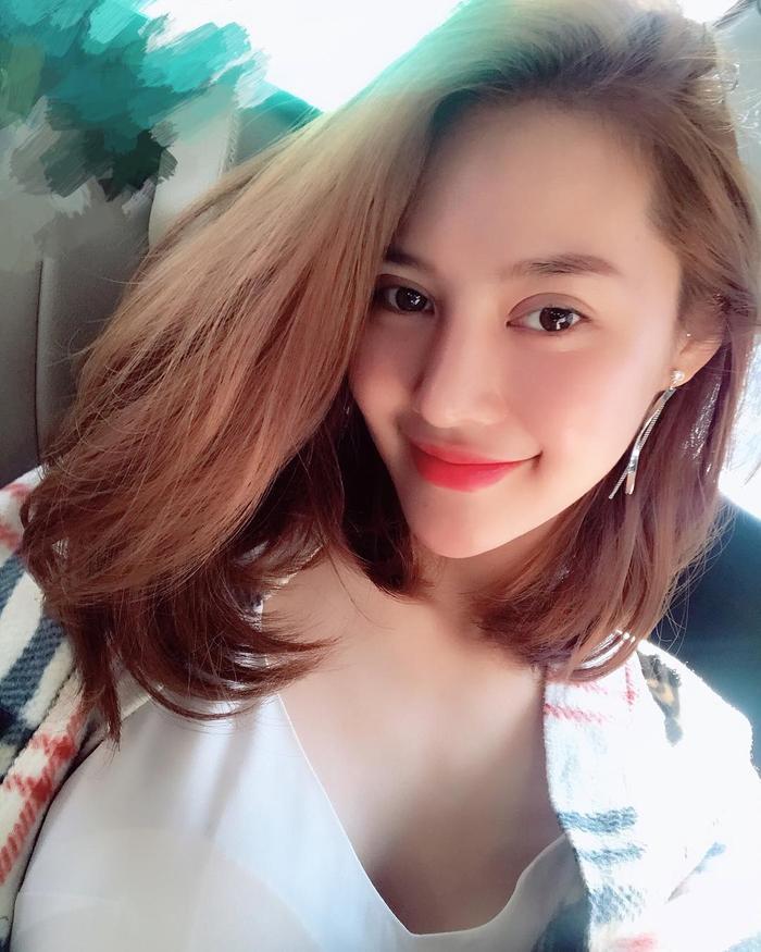Không phủ nhận việc Linh Chi có mí mắt to dày như hiện tại khiến gương mặt cô trông nổi bật hơn, nhưng không hề tự nhiên.