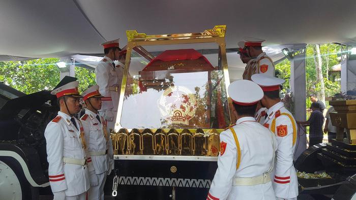 Linh cữu của cố Thủ tướng Phan Văn Khải đã về đến nhà riêng của ông ở Củ Chi - Ảnh: VIỄN SỰ