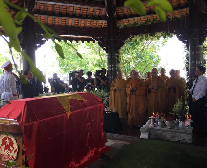 Linh cữu cố Thủ tướng Phan Văn Khải phủ quốc kỳ được đặt tại huyệt mộ trong khuôn viên tư gia của ông tại ấp Chánh, xã Tân Thông Hội, huyện Củ Chi, TP.HCM - Ảnh: TỰ TRUNG