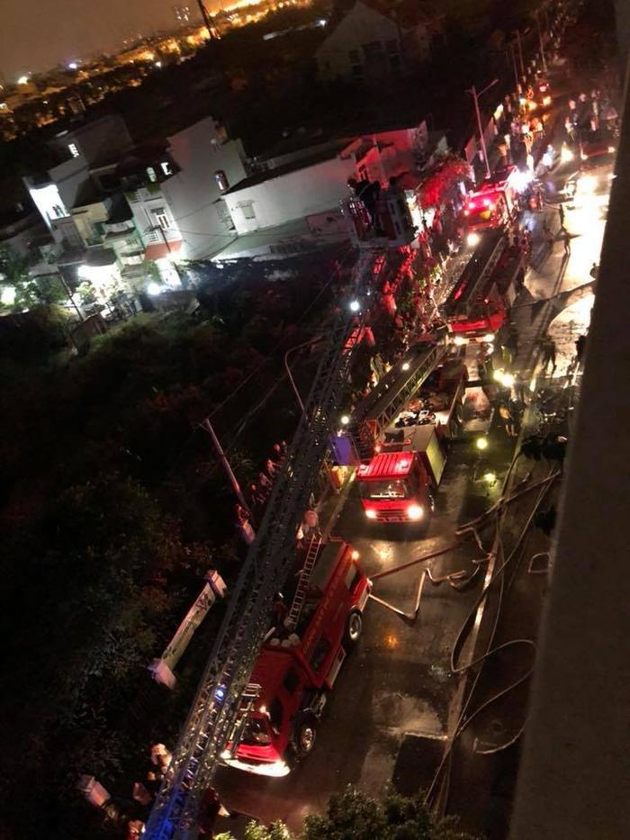 Lực lượng chức năng đã huy động 34 xe chữa cháy chuyên dụng và hơn 200 cán bộ chiến sĩ tham gia chữa cháy. Ảnh: Lê Nguyễn Hương Trà.