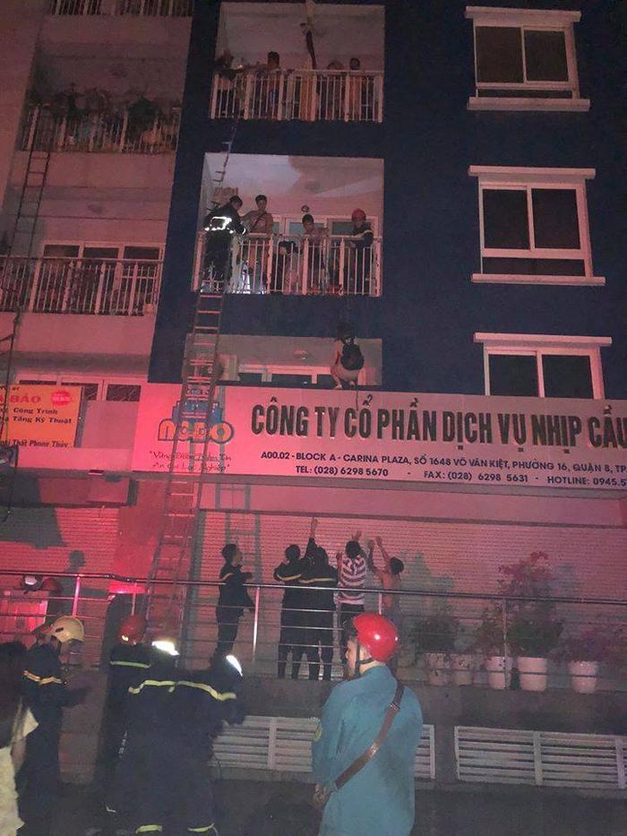 Bị ngọn lửa thiêu đốt, nhiều mảng bê tông của tòa nhà bị rơi xuống. Hàng trăm người dân bị mắc kẹt bên trong la hét, kêu cứu.
