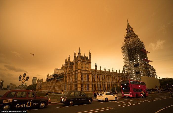 """Trước đó, vào năm 2017, nước Anh cũng gặp phải tình trạng tương tự khi lớp bụi cát từ sa mạc Sahara """"tràn"""" qua Đại Tây Dương và được cơn bãoOphelia đưa vào. Ảnh: LNP"""