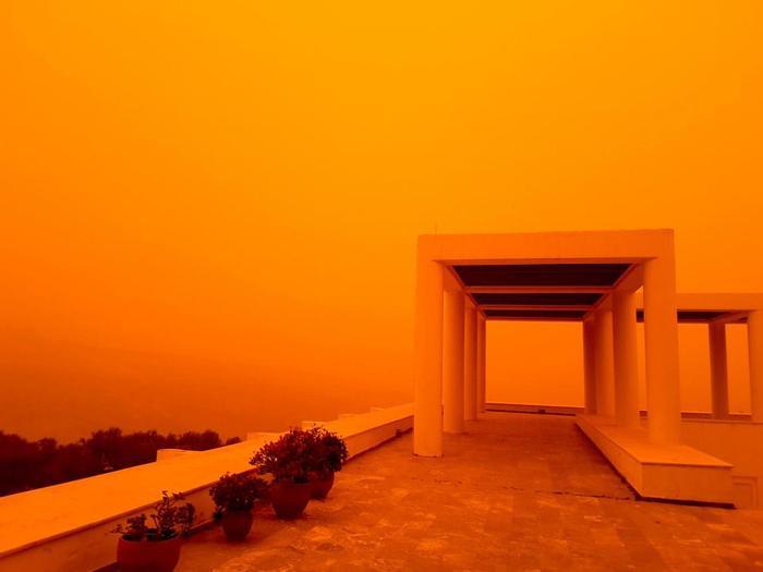 Khung cảnh ngập tràn sắc cam tạiCrete - hòn đảo lớn nhất Hy Lạp đang khiến người dân cũng như du khách vô cùng thích thú. Ảnh: BAYMEDIA
