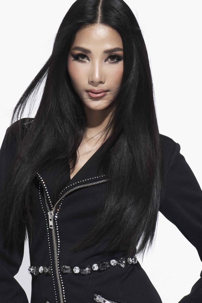 Người đẹp chọn sắc đen cho những set đồ nhằm tạo sự bí ẩn và cũng không kém phần cá tính.