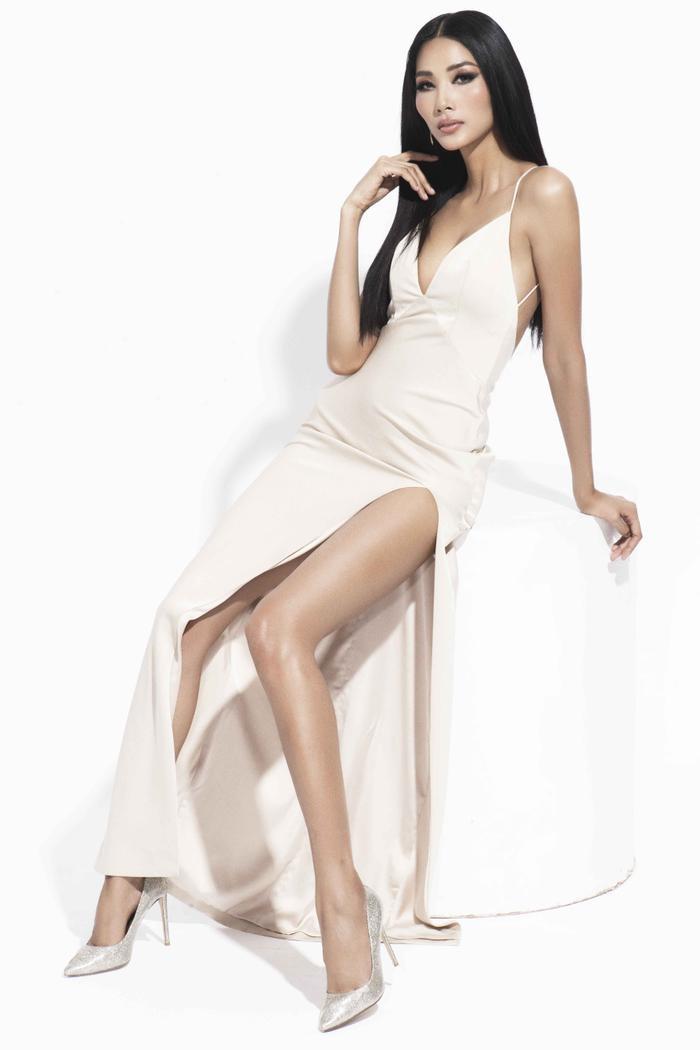 """Diện trang phục trắng ôm sát của nhà thiết kế Lê Thanh Hòa, với những đường cắt xẻ khoe bờ vai quyến rũ, Á hậu Hoàng Thùy """"lộ"""" hình thể có nhiều cải thiện, đầy hấp dẫn và chuẩn beauty."""