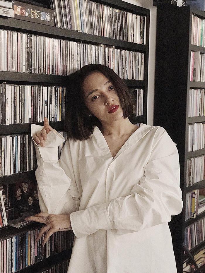 Bảo Anh vẫn sexy như thường lệ. Khi diện sơ mi trắng, cô nàng chọn kiểu áo siêu rộng và trễ nải như thế này.