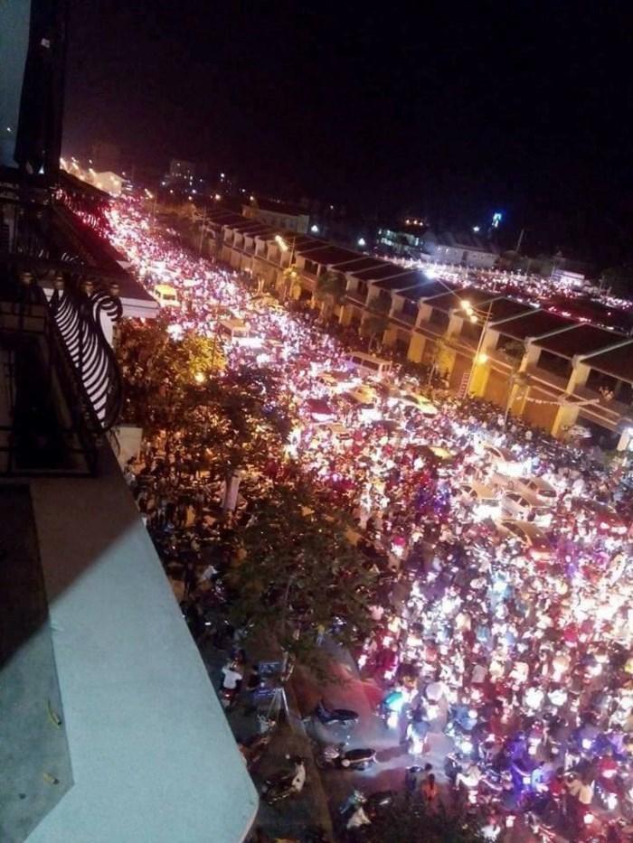 Từ 21h đêm 31/3, đường từ Tam Quan ra bên ngoài trở nên tắc nghiêm trọng, hàng ngàn người buộc phải chôn chân ngoài đường, không có cách nào để di chuyển.