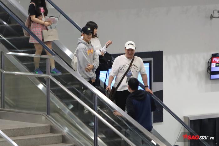 Kim Samuel điển trai ngời ngời, thân thiện vẫy tay chào fan ngày trở lại Việt Nam ảnh 0