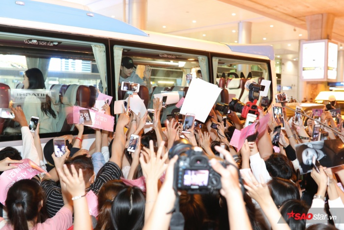 Thậm chí, dù đã lên xe vẫn vẫy tay chào fans Việt.