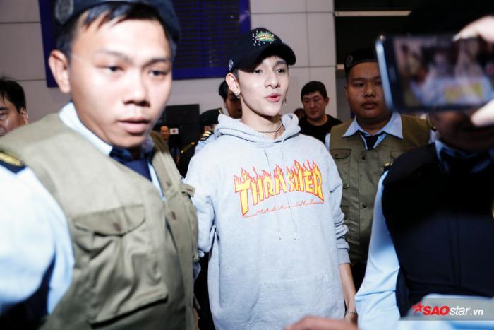 Đến Việt Nam theo khuôn khổ chương trình Nhạc hội song ca, nam ca sĩ trẻ tuổi không khỏi bất ngờ trước sự cổ vũ nồng nhiệt của khán giả.
