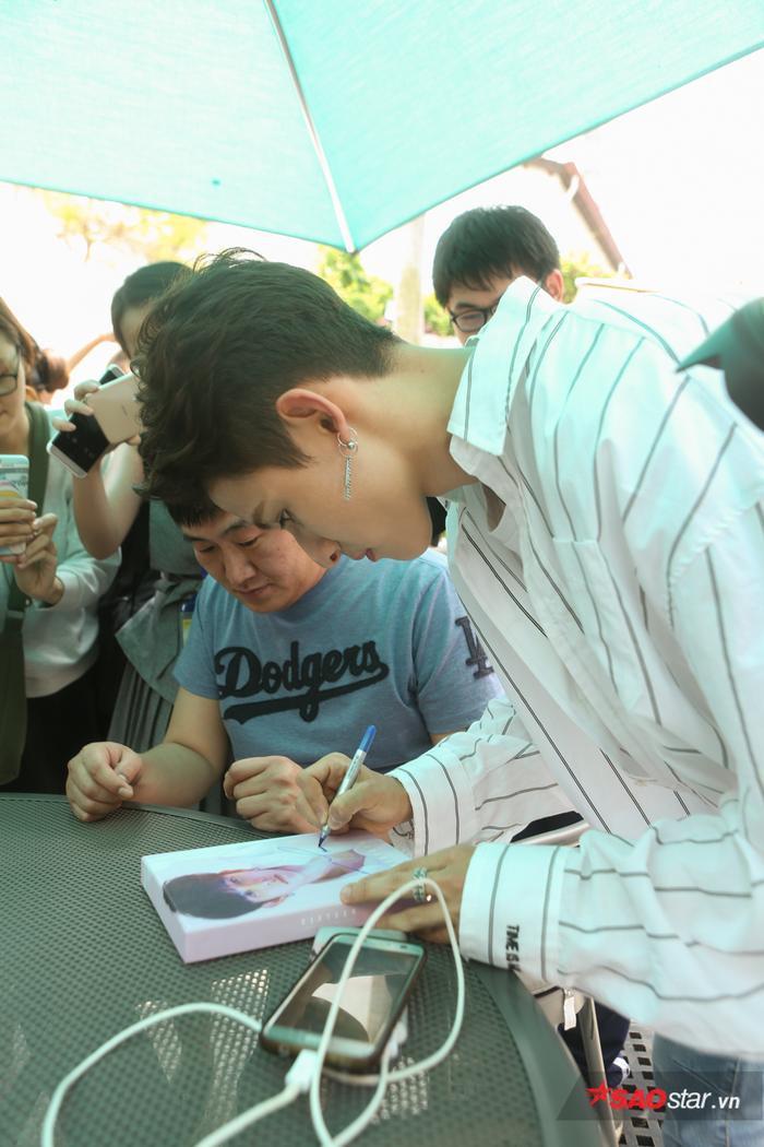 Sau khi buổi gặp gỡ kết thúc, Kim Samuel còn thân thiện nán lại để ký tặng cho fan.