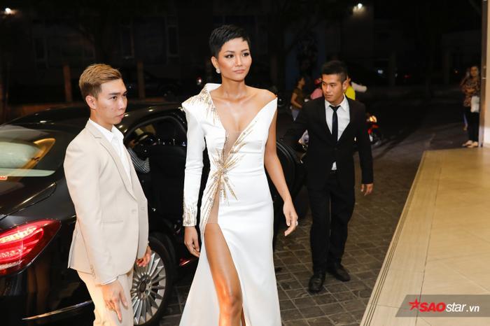H'Hen Niê dù đang gặp vấn đề về sức khoẻ, phải nhập viện nhưng vẫn đến tham gia tiệc gặp gỡ Top 3 Hoa hậu Hoàn vũ Việt Nam.