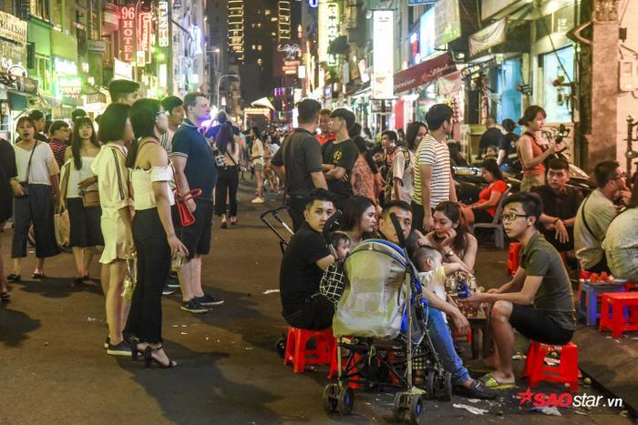 Nhiều du khách sẵn sàng ngồi ngoài lề đường đi bộ để bày tiệc nhậu.