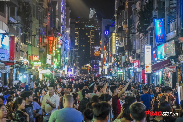 Mỗi đêm cuối tuần, phố đi bộ Bùi Viện đón hàng nghìn lượt khách du lịch.