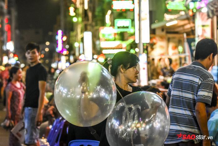 Những quả bóng cười với giá rẻ đã trở thành thú vui tiêu khiển cho nhiều khách.