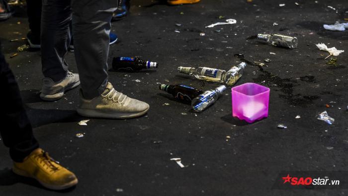 Bia bọt, vỏ chai,… ngập ngụa khắp con đường Bùi Viện.