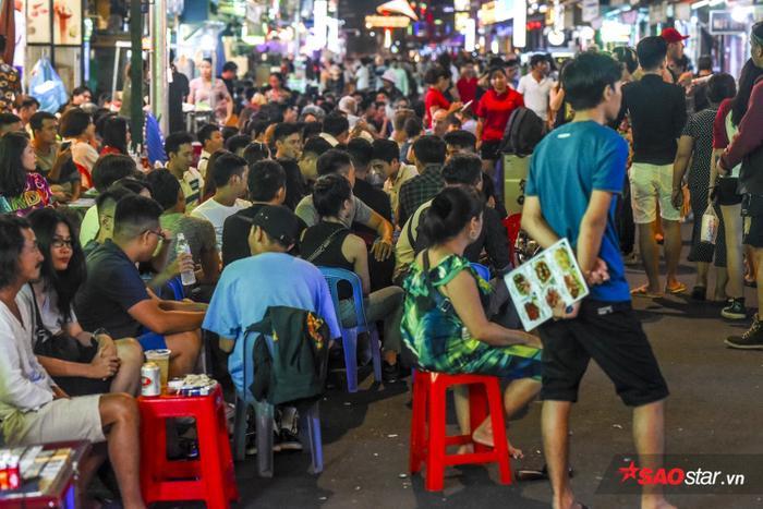 Vào nửa đêm, đồng loạt nhiều cửa hàng tràn ra đường để bày bàn nhậu cho khách, gây tắc nghẽn tuyến đường.