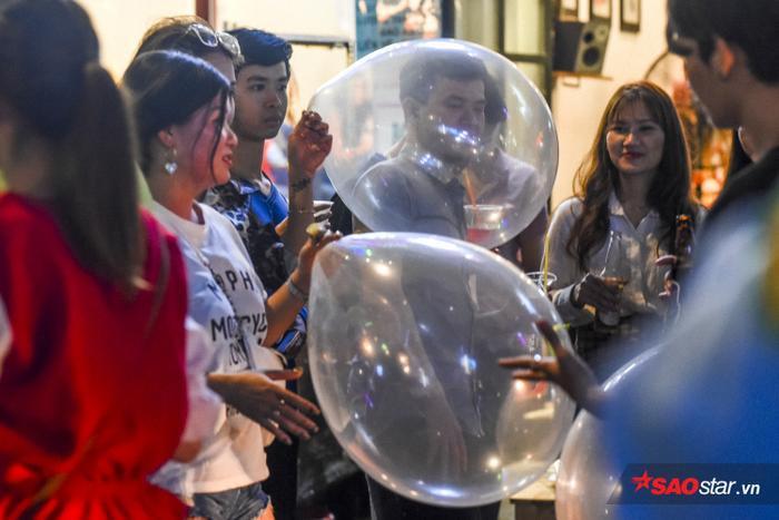 Với mệnh giá từ 50.000 đồng một chiếc, nhiều bạn trẻ sẽ rơi vào trạng thái phấn khích và cười ảo sau khi sử dụng.