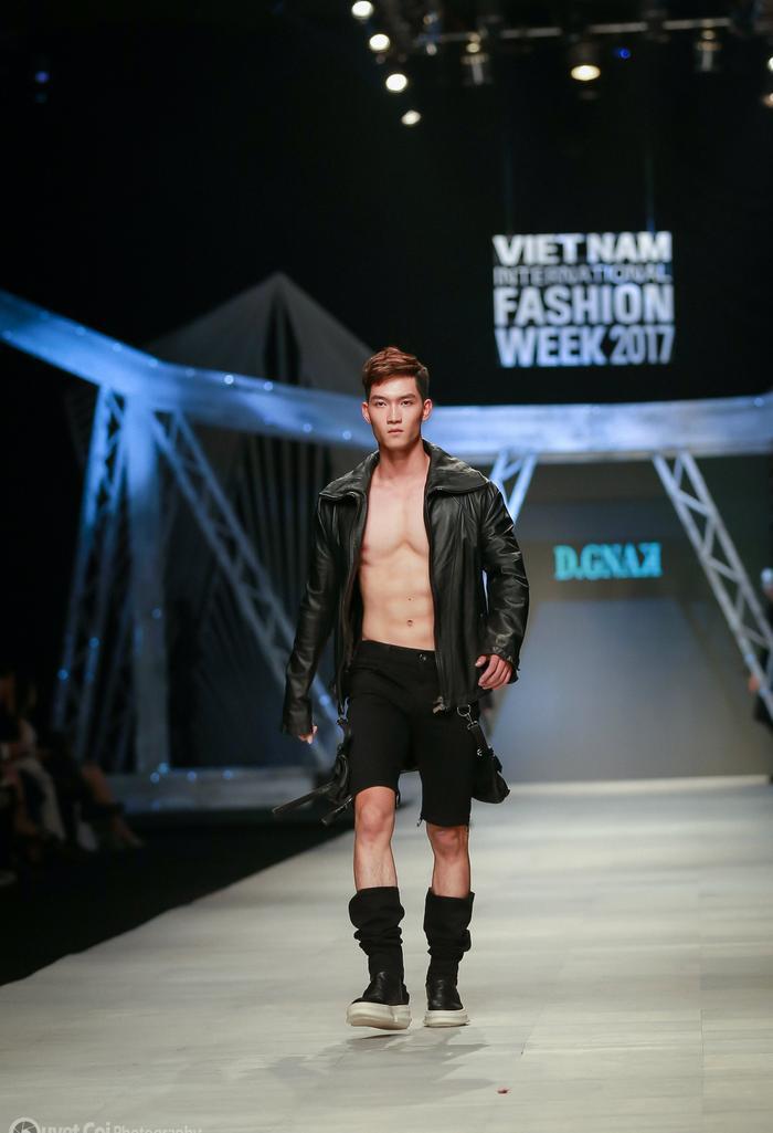 May mắn sở hữu một da khỏe nên nam người mẫu khá tự tin trong những trang phục khoe cơ bắp rắn rỏi.