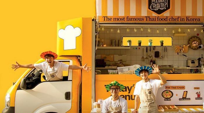 Chuyến xe đi vòng quanh Thái Lan phục vụ thức ăn cho người dân địa phương.