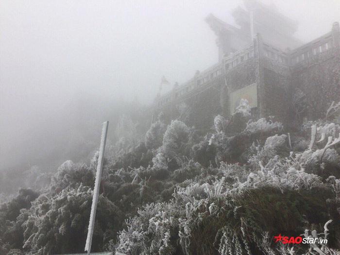Vùng núi lạnh rét sâu hơn như Tam Đảo (Vĩnh Phúc) rét hại 11 độ C, Đồng Văn (Hà Giang) xuống mức 9,6 độ C. Sìn Hồ (Lai Châu) rét hơn 7,7 độ C; đèo Pha Đin (Sơn La) 8,4 độ C. Mẫu Sơn (Lạng Sơn) 6 độ C, Sa Pa (Lào Cai) rét nhất tụt tới 5,2 độ C.