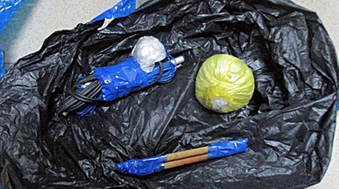 Gói vật liệu nổ mà người vợ mang đến công an tố giác chồng tàn trữ trái phép. Ảnh: C.A