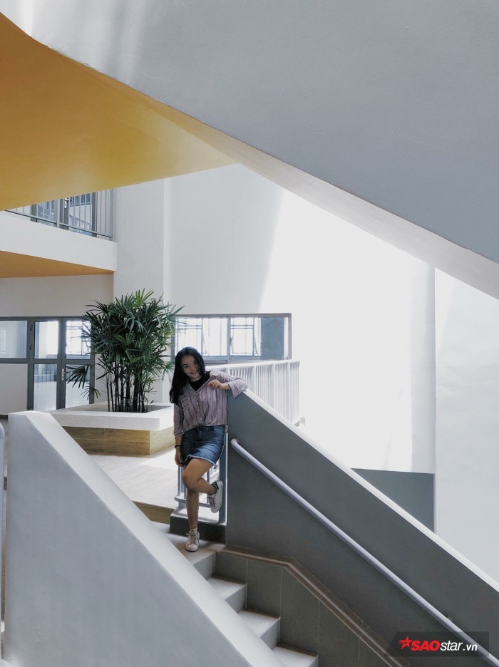 Khu vực hành lang được các bạn trẻ yêu thích nhất vì cách phối màu hiện đại.