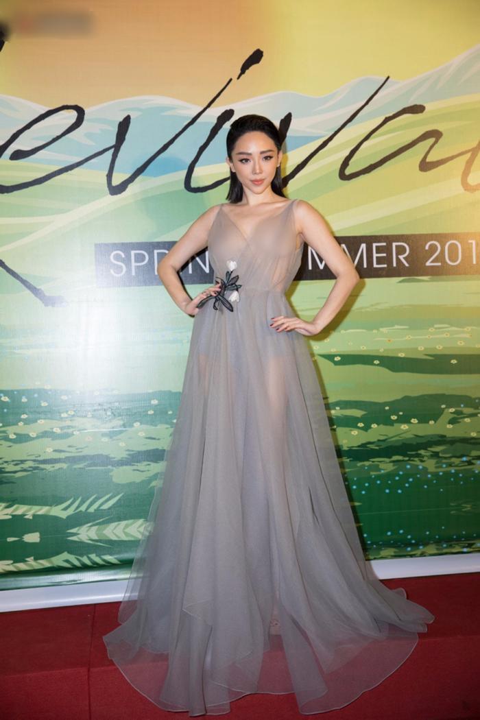Mới đây, trong một sự kiện thời trang được tổ chức tại Hà Nội, Tóc Tiên khiến người hâm mộ không khỏi rời mắt khi phô diễn toàn bộ vòng một trong chiếc đầm chiffon mỏng như sương.