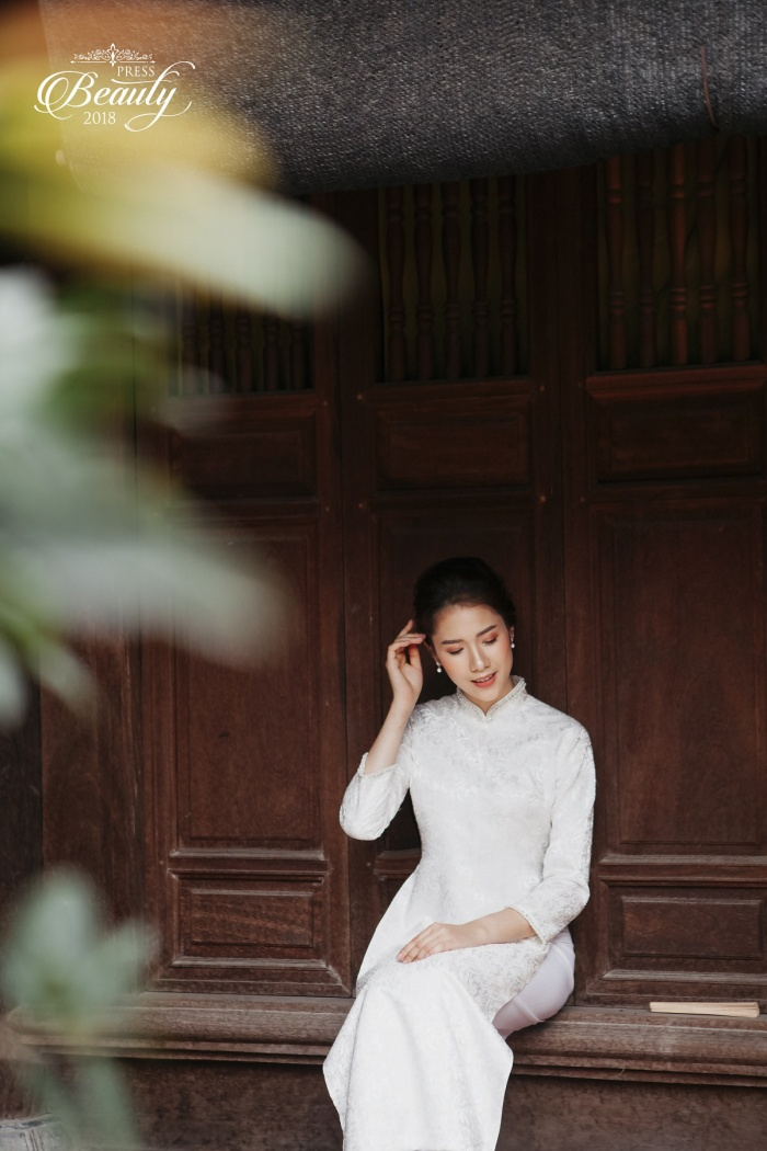 Khi diện trang phục áo dài, nữ sinh thực sự khiến người đối diện mê mẩn. Ngoài ra, trong từng khung hình, Ngọc Lâm tạo dáng khá tự nhiên, mỗi bức ảnh đều rất nhẹ nhàng nhưng vẫn đủ sức thu hút ánh nhìn của mọi người.