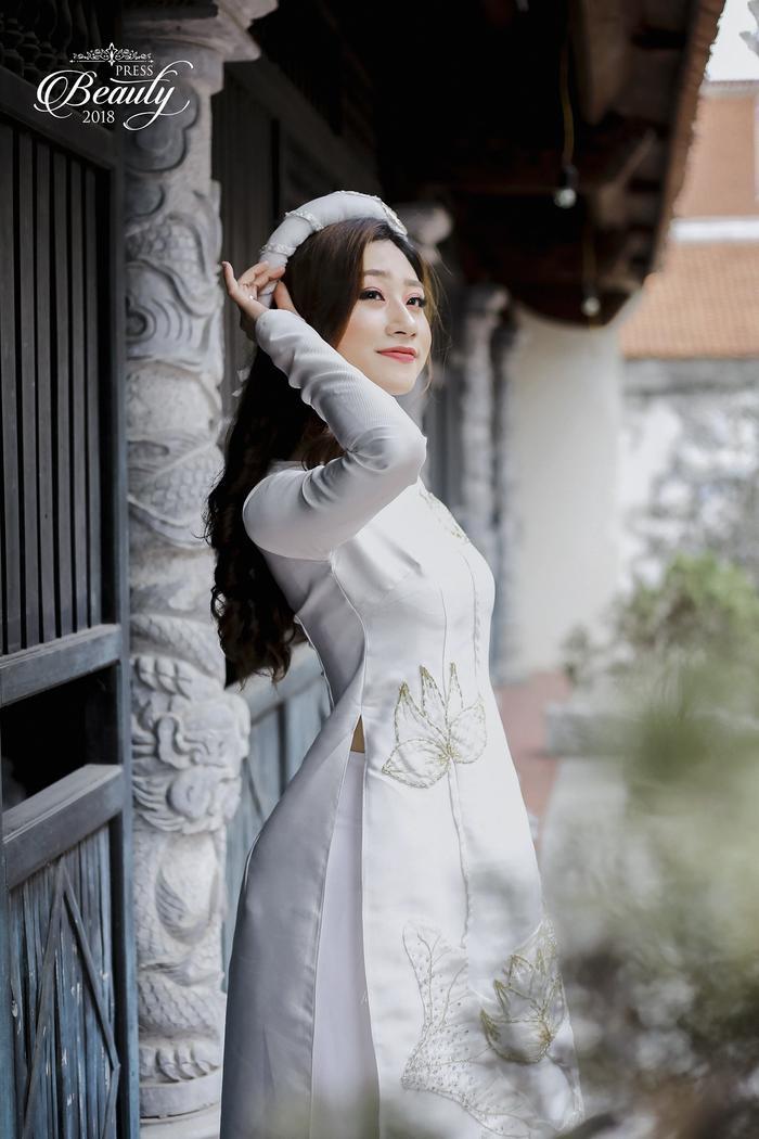 """Trong lần chụp hình với trang phục áo dài này, Thùy Dương khá tự tin. Chính vì thế, cô gái đã cho ra những shoot hình đẹp """"lung linh"""", sự tươi mới cùng ngoại hình xinh đẹp, Thùy Dương sẽ dự đoán sẽ là đối thủ đáng gờm với 9 thí sinh còn lại."""