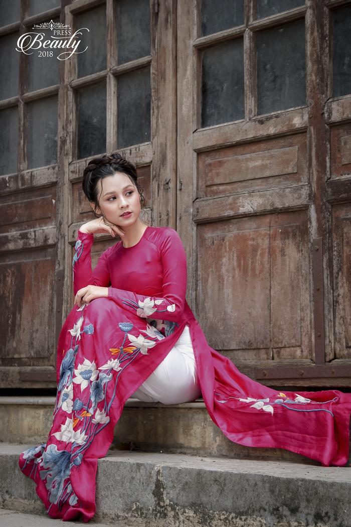 Khoác lên mình trang phục áo dài đỏ nổi bật, Thu Trang càng tỏa sáng hơn bao giờ hết. Cô lựa chọn lối trang điểm nhẹ nhàng nhưng vẫn tôn được các đường nét trên gương mặt, vì thế, những bức ảnh này khiến người xem không thể rời mắt.