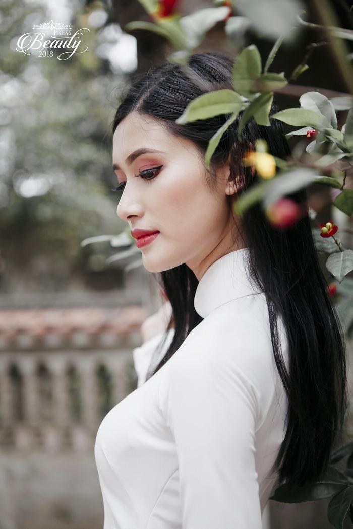Vũ Quỳnh Nga là cô gái sở hữu gương mặt với những đường thanh tú khiến người đối diện dễ dàng có cảm tình. Xuất hiện trong trang phục áo dài trắng, cô nàng này càng thu hút ánh nhìn của người đối diện hơn bao giờ hết.