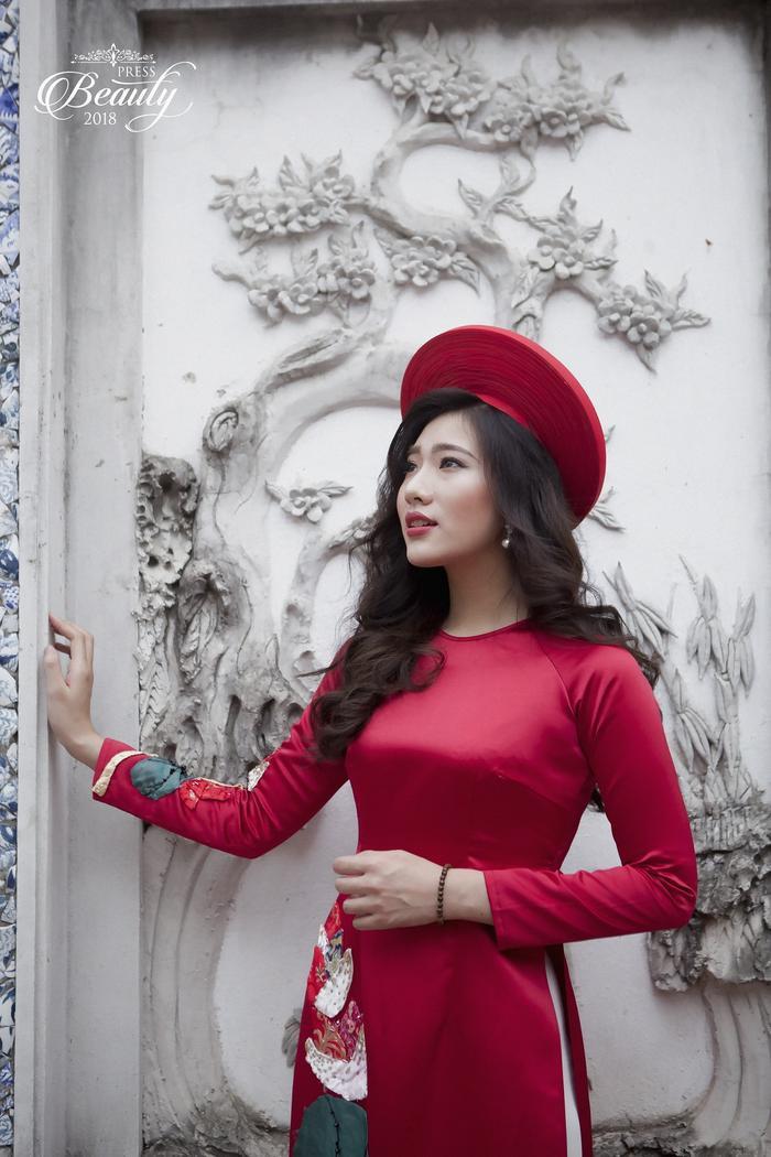 Với trang phục áo dài đỏ đã tôn lên nước da trắng của Phương Anh. Ngoài ra, sự rạng rỡ, tươi mới của cô sinh viên năm nhất này cũng khiến người đối diện bị thu hút.