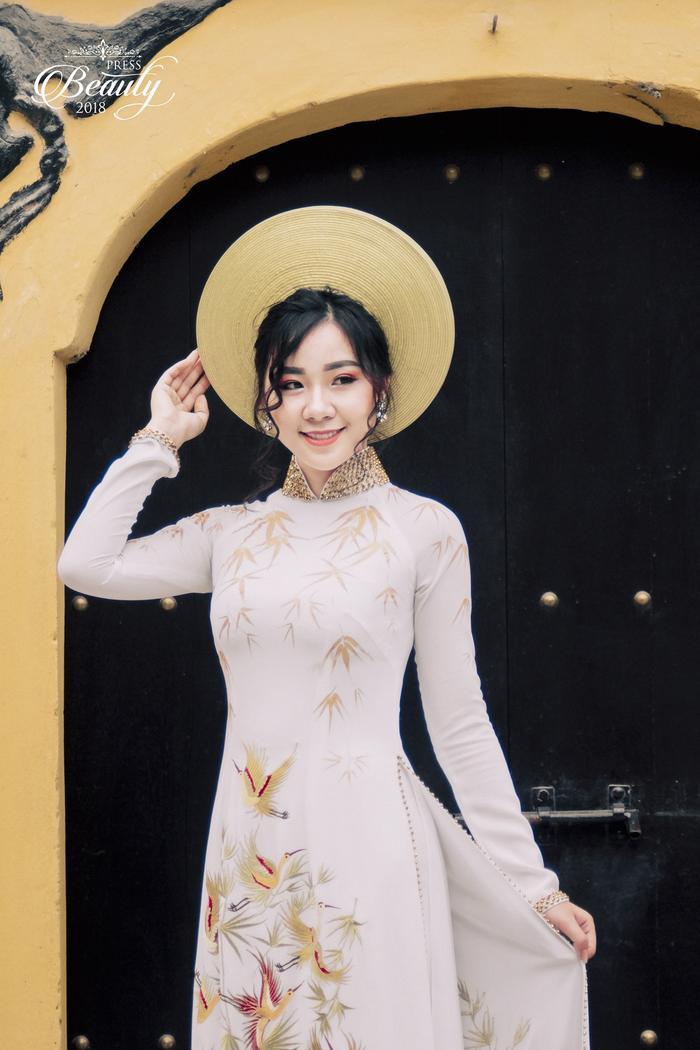 """Nụ cười đằm thắm, tà áo dài dịu dàng """"chuẩn"""" con gái Việt Nam là điểm cộng đầu tiên khi khán giả xem hình. Có lẽ, Minh Anh nên thường xuyên nở nụ cười hơn nữa để luôn tỏa sáng."""