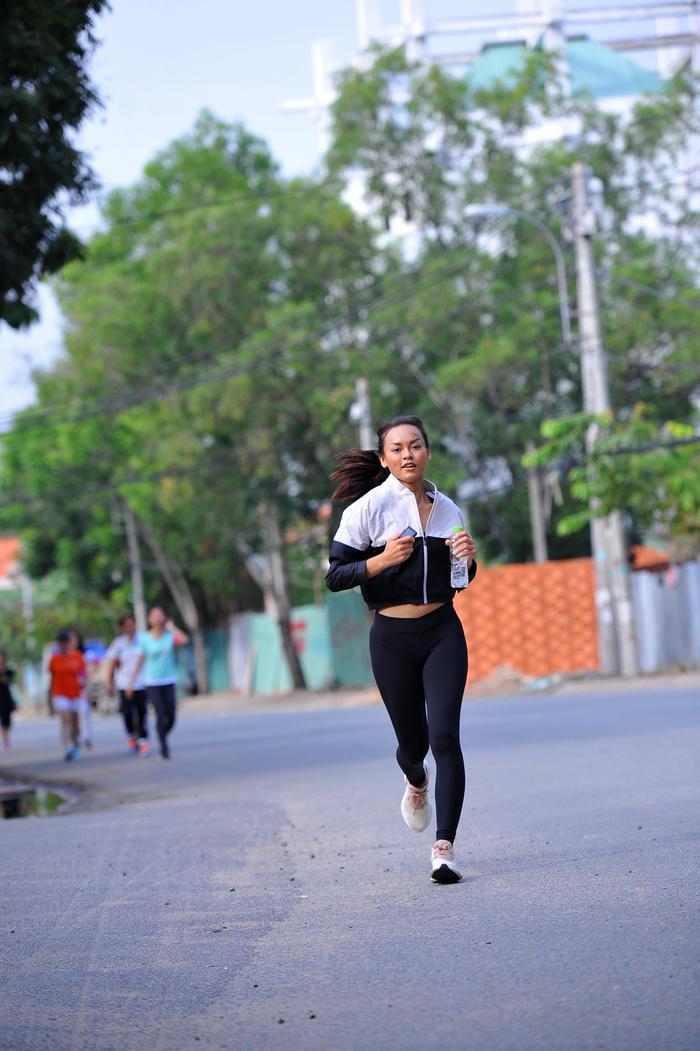 Dù đoạn đường chạy khá xa, Mai Ngô vẫn không có dấu hiệu mệt mỏi.