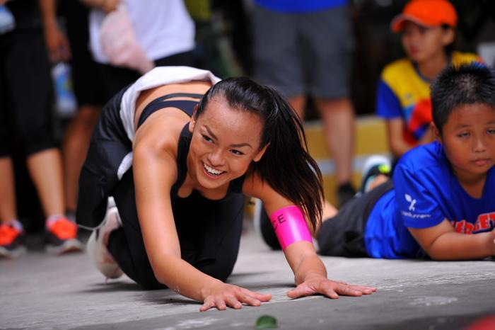 Học trò cưng Lan Khuê hào hứng tham gia các thử thách cùng các vận động viên và người tham gia.