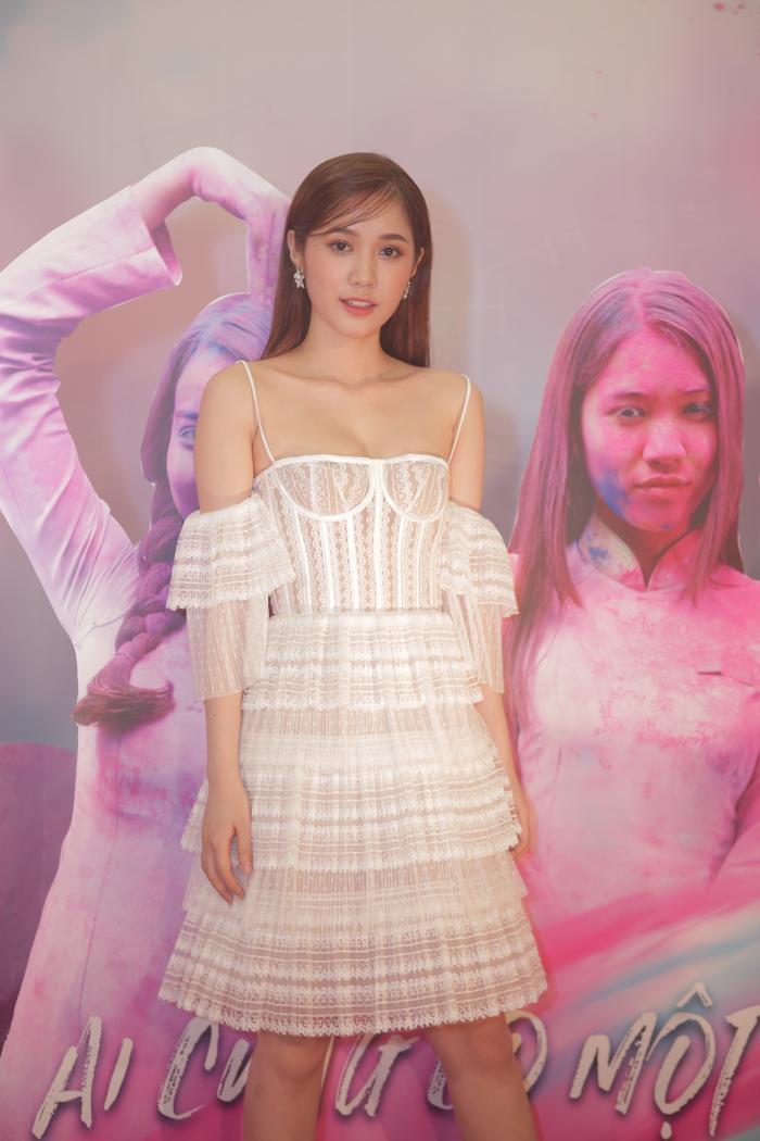 Trái ngược với đàn chị, Quỳnh Hương lại diện trang phục màu trắng tinh khôi.