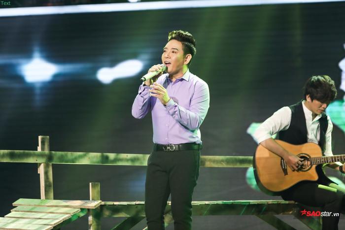 Hồ Việt Phương được lời khen về thanh nhạc của HLV Ngọc Sơn trong đêm Mini Liveshow.