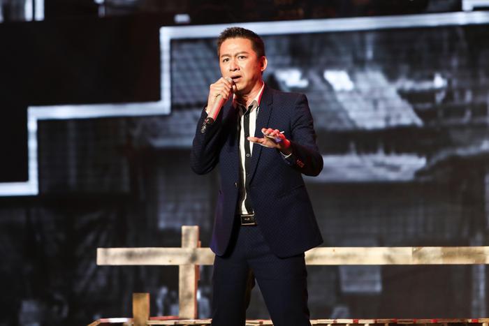 Giọng hát từng trải, ngọt ngào của Quang Linh chinh phục khán giả và ba HLV ngồi trên ghế nóng.
