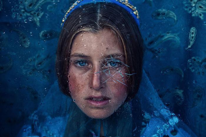 """Hạng mục Con người với chiến thắng thuộc về tác giả Seyed Mohammad Sadegh Hosseini qua bức ảnh """"Rain"""". Ảnh chụpNiloofar, một cô gái du mục người Iran, hiện sinh sống ở khu vực Babanajm, phía nam thành phố Shiraz, tỉnh Fars."""