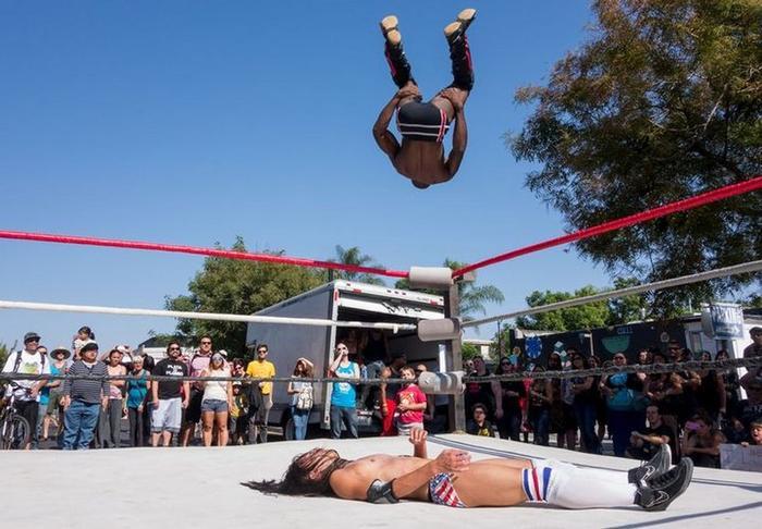 Ảnh chụp một đô vật đang chuẩn bị nhảy từ trên cao xuống để hạ gục đối thủ trong cuộc thi ở California. Tác phẩm của Dan Fenstermacher xuất sắc giành chiến thắng thể loại ảnh Trải nghiệm nước Mỹ.