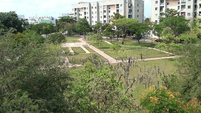 Khu vực công viên khu tái định cư Lý Chiêu Hoàng rộng khoảng 6.000 m2 hiện được Ban quản lý dự án quận Bình Tân hợp đồng với Công ty TNHH Giao thông dịch vụ Tiểu Tân chăm sóc và bảo dưỡng. Ảnh: NGUYỄN TÂN