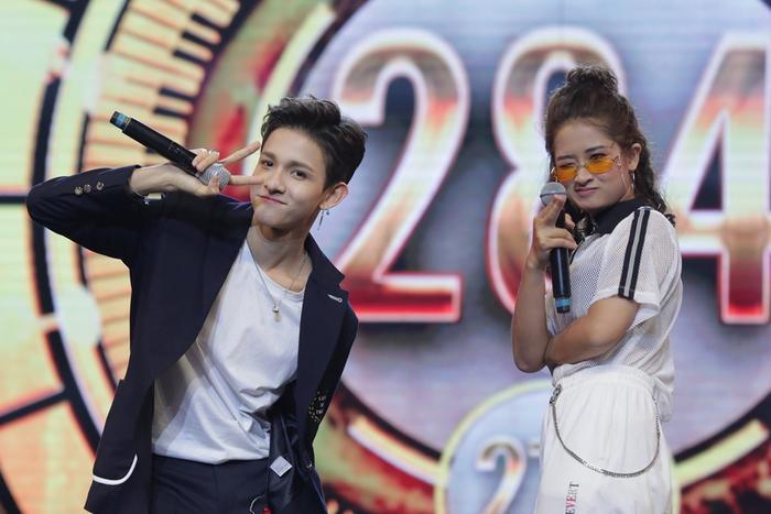 Kim Samuel thể hiện vũ đạo trên nền nhạc Uptown Funk cùng võ sư Võ Kim Sự.
