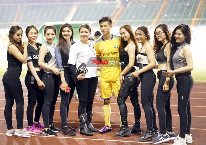 Các cô gái hot girl xuống chụp ảnh cùng Phan Văn Đức.